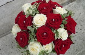 bouquet mariée roses rouges et blanches